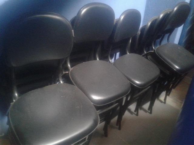 Cadeiras acolchoadas, Ventilador com vaporizador, Bateria e Guitarra