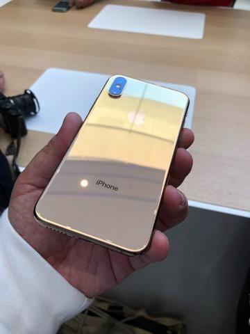 Resultado de imagem para iphone xs max em maos