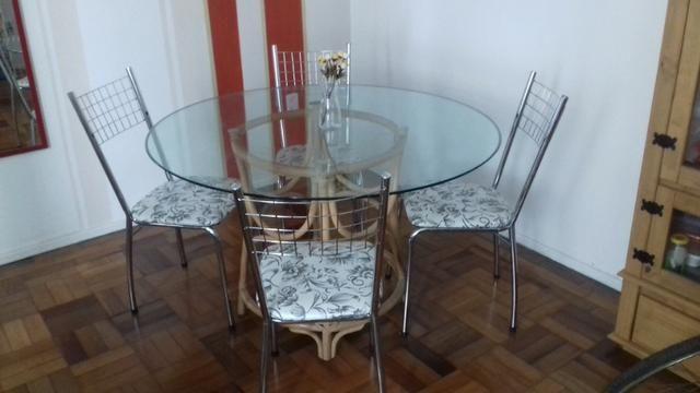 Conjunto mesa de vidro e cadeiras