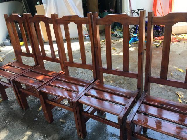 Conjunto de mesa com 6 cadeiras de madeira - Foto 2