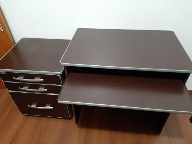 Mesa para computador e móvel com arquivo