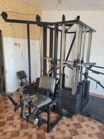 Estação de musculação multifuncional é uma academia completa
