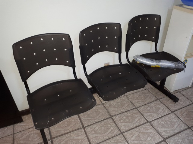 Vendo birou com complemento e tres cadeiras de recepção em de novo
