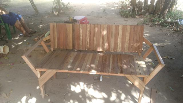 Sofá de madeira leia a descrição - Foto 2