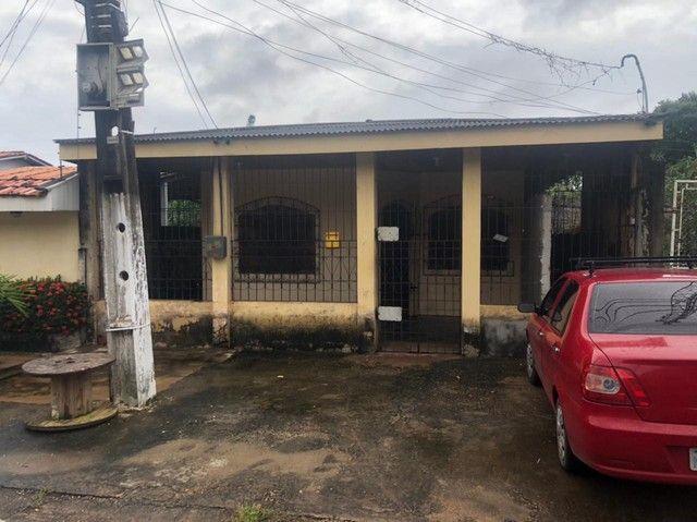 Casa em rua pública no Laguinho