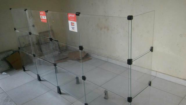 Balcão de madeira e vidro - Foto 6