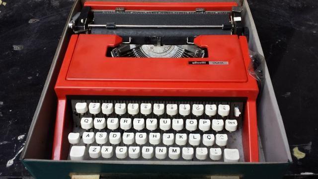Máquina De Escrever Olivetti Dora Antiga