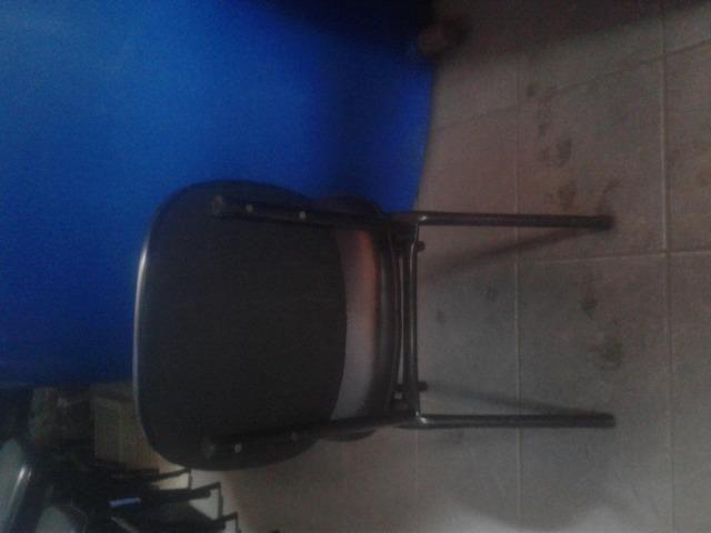 Cadeiras acolchoadas, Ventilador com vaporizador, Bateria e Guitarra - Foto 2