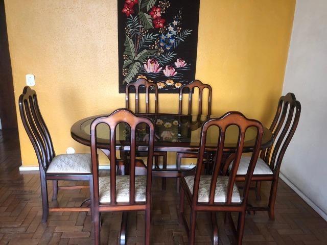 Mesa de vidro e madeira com 6 cadeiras - Foto 3