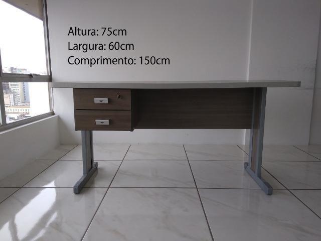 Mesa pequena p/ escritório (desmontada)