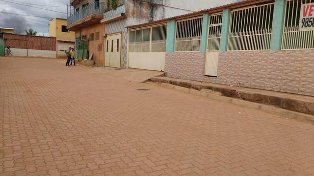 Linda Casa no Sol nascente com asfalto na porta
