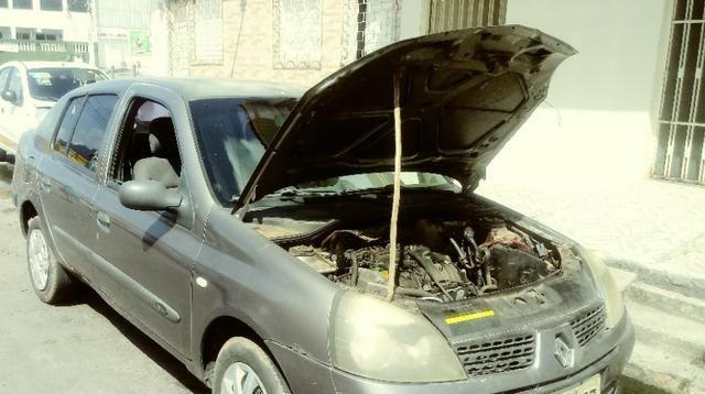 Clio Sedan p/ retirada de peças