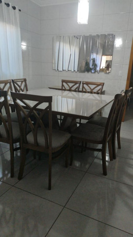Mesa com 8 lugares e aparador