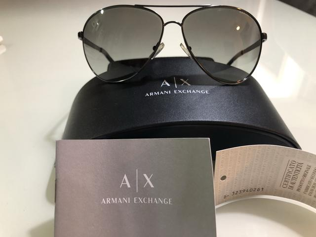 5da7f0b5d6a7b Óculos de Sol Armani Exchange AX2006 cinza claro com logo preto ...