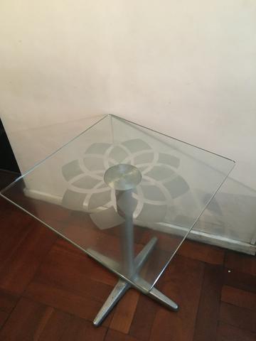 Mesa de vidro com rosácea no centro