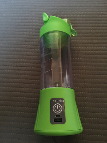 Coqueteleira copo mixer elétrica e recarregável.