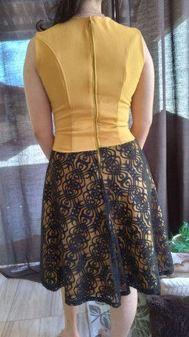 Vestido amarelo com renda preta - Foto 2