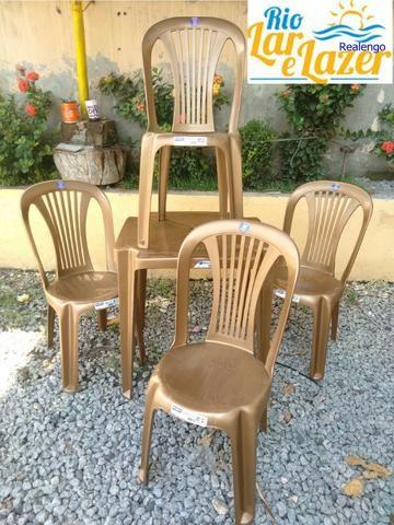 Conjunto de mesa com 4 cadeiras plásticas - Foto 2