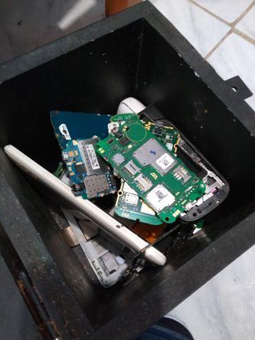 Aparelhos de computador e caixa cheia de coisas sobre celular - Foto 6