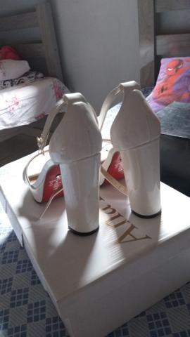 Duas sandálias lindas 80 as duas pra levar hoje aproveitem - Foto 3
