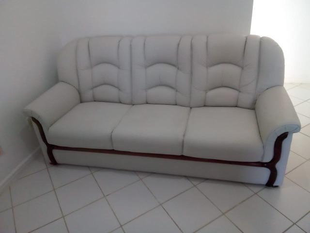 Vendo sofá 3 lugares em couro - Foto 3