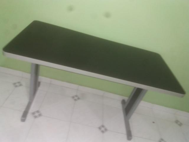 Conjunto de mesas de escritório na cor cinza