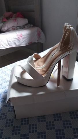 Duas sandálias lindas 80 as duas pra levar hoje aproveitem - Foto 4