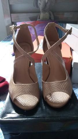 Duas sandálias lindas 80 as duas pra levar hoje aproveitem - Foto 2