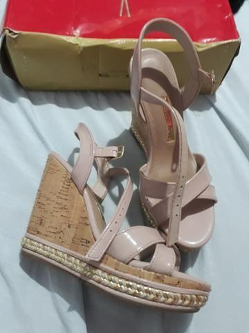 Sapato e 2 pares de sandálias e dou um par de tênis na cor rosa
