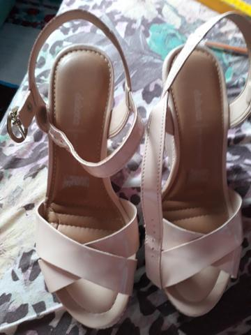Sapato e 2 pares de sandálias e dou um par de tênis na cor rosa - Foto 4