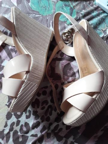 Sapato e 2 pares de sandálias e dou um par de tênis na cor rosa - Foto 5