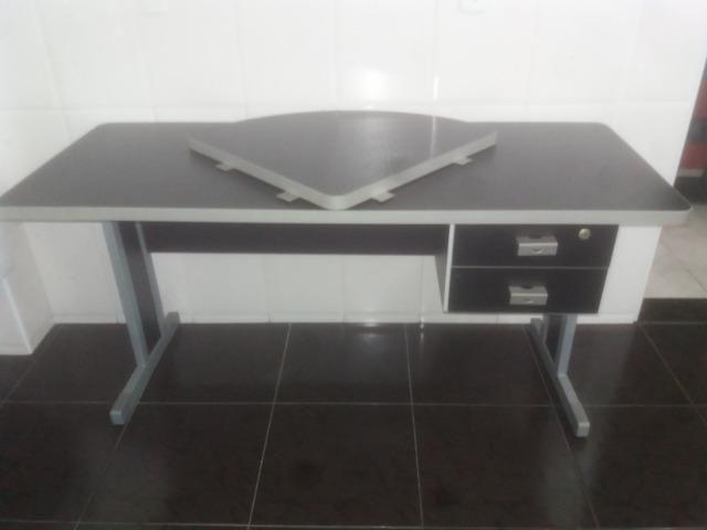 Conjunto de mesas de escritório na cor cinza - Foto 2