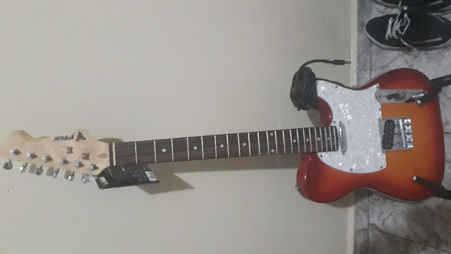 Guitarra mas pedestral e um cabo - Foto 2