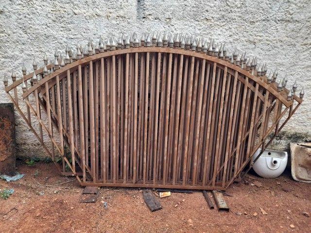 Vendo Grades de ferro. Com lanças  - Foto 2