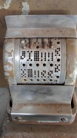 Antigo perfurador de papel anos 40