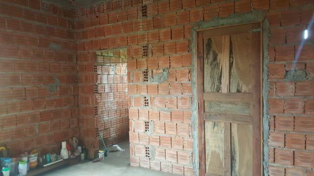 Terreno medindo 10×42 frente e fundo com rua, casa medindo 8x4 com banheiro, sem reboco - Foto 4
