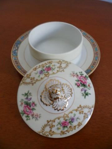 Mantegueira (Round Covered Butter Plate) em Porcelana Chinesa Noritake 5032 Colby Blue - Foto 3