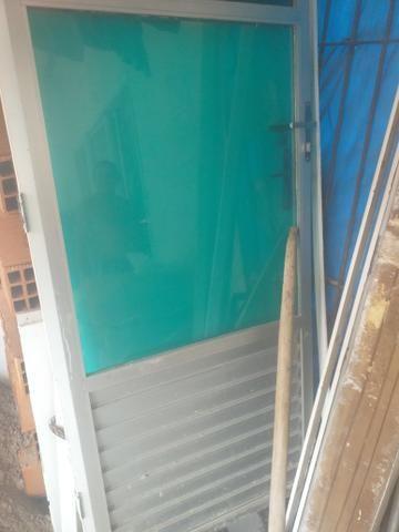 Porta de alumínio e vidro com maçaneta