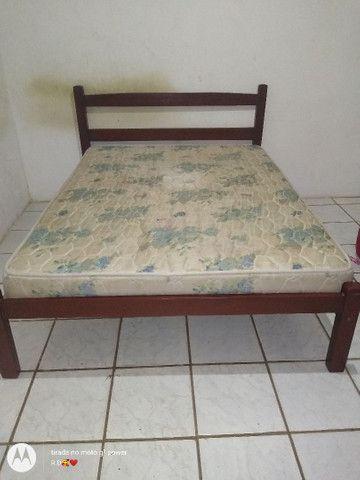 Cama com colchão e uma cama de madeira solteiro.  - Foto 6