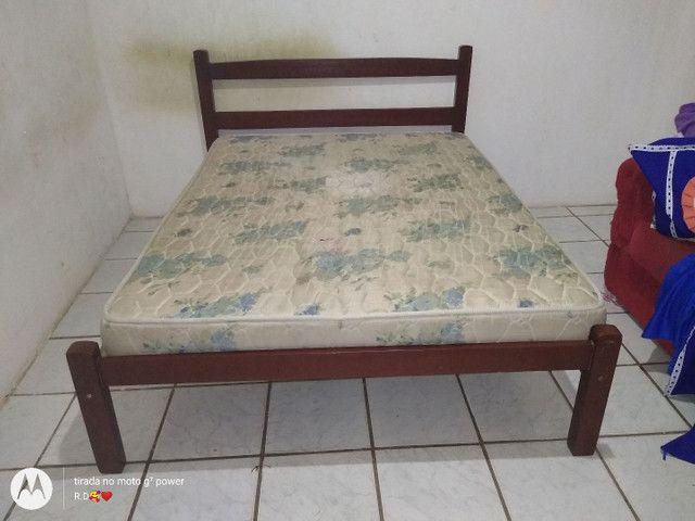 Cama com colchão e uma cama de madeira solteiro.  - Foto 5