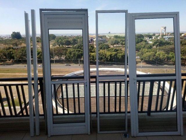 Conjunto de duas portas mais uma porta fixa, com vidros.  - Foto 2