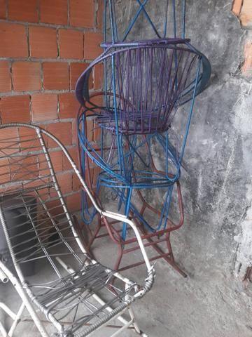 6 Cadeiras de ferro: Duas de balanço e 4 Redonda