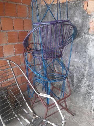 6 Cadeiras de ferro: Duas de balanço e 4 Redonda - Foto 2