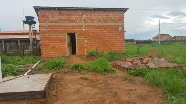 Terreno medindo 10×42 frente e fundo com rua, casa medindo 8x4 com banheiro, sem reboco - Foto 3