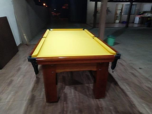 Mesa Madeira Semi Oficial Cor Imbuia Tecido Amarelo Mod. WULY1422