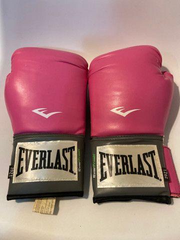 Kit Luva de boxe Everlast + bandagem Pretorian rosa - Foto 2