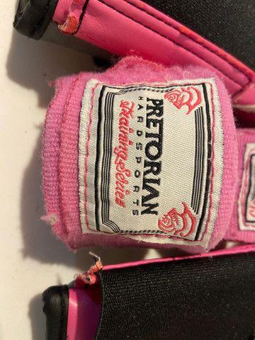 Kit Luva de boxe Everlast + bandagem Pretorian rosa - Foto 4