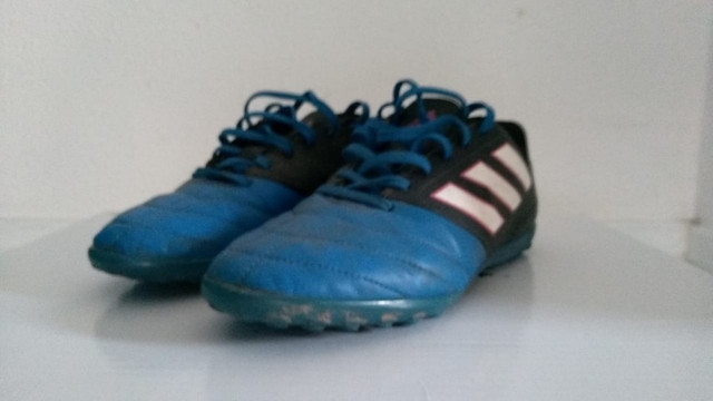 Chuteira Adidas Society ace 17.4 usada azul e preta, infantil numero 35 - Foto 2