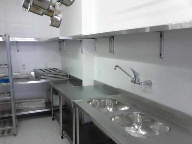 Mesas de Higienização,Estantes em Inox,Coifas, e Balcões Refrigerados