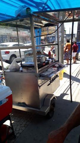 Carroça de cachorro quente e hambúrguer vendo ou troco em outra menor